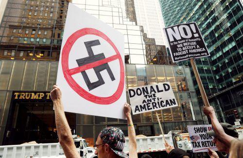 Vor dem Trump Tower in New York demonstrieren Menschen gegen Rassismus und den US-Präsidenten. Foto: reuters