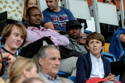 Zusammen mit seinem Manager schaute sich Schalke-Stürmer Bernard Tekpetey (19/rechts) die Partie von der Tribüne aus an.Foto: gepa