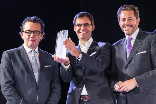 Bundesminister Harald Mahrer (r.) übergab den Wachstumspreis an WKV-Präsident Hans Peter Metzler und Landeshauptmann Markus Wallner.VN/Sams