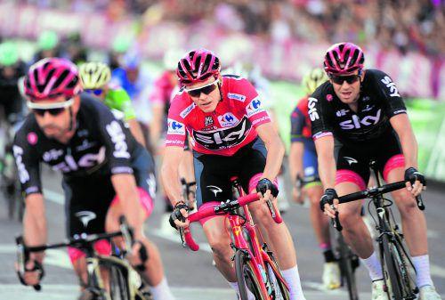 Chris Froome (Mitte) wurde von seinem Sky Team souverän zum Sieg bei der Spanien-Rundfahrt geleitet.apa