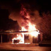 Carport in hellen Flammen