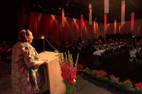 Die KULTUR.LEBEN-Leiterin Maria Müllerzeigte sich bei der Russ-Preis-Verleihung ob der Ehresehrgerührt und bedankte sich mit warmherzigen Worten bei allenihren Unterstützern.