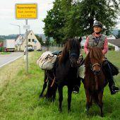 550-Kilometer-Ritt: Opa holt Enkel mit Pferd von der Schule ab