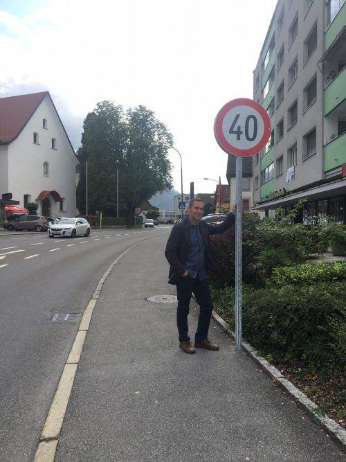 Jürgen Lung freut sich über das Tempo-40-Schild nur wenige Meter vor Volksschule und Kindergarten in Haselstauden. VN-PES