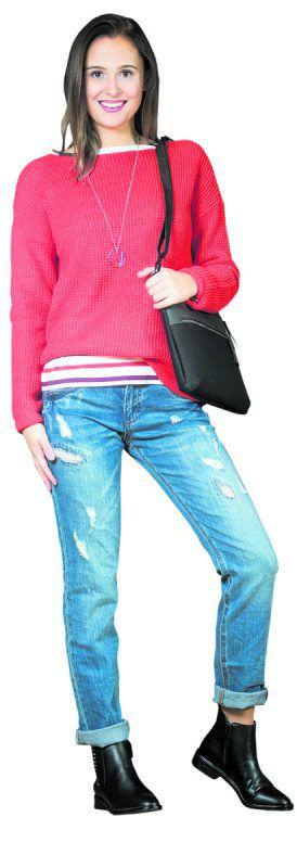 Lisa aus Dalaas             in einem trendigen Outfit von s.Oliver: Strick-pullover 49,99 €, Jeans, 69,99 €, Schuhe 69,95 €, Tasche 49,99 €, Kette 19,99 €.