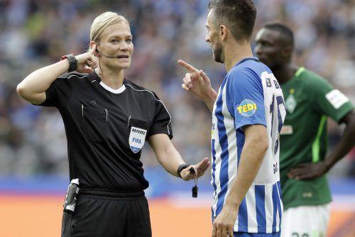 Mit klarer Kommunikation punktete Schiedsrichterin Bibiana Steinhaus, im Bild mit Hertha-Akteur Vedad Ibisevic.ap