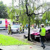 Sekundenschlaf: Autofahrer kracht gegen Parkbank