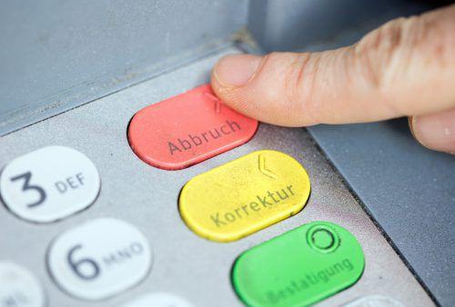 Laut Höchstgericht ist es verfassungswidrig, wenn eine Bank für die Bankomatgebühren von Drittanbietern aufkommen muss. Die Kunden müssten zahlen.APA