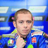 Rossi auf Krücken an die Strecke