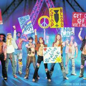 Bunte Show mit Tanz, Musik und farbenfrohen Kostümen