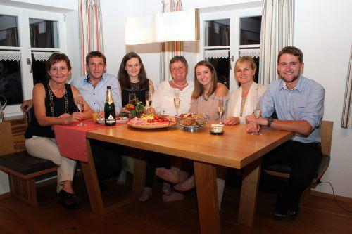 Bettina, Werner, Sonja,Ida, Laura, Judith und Andreas stießen zu Hause in Wald am Arlberg auf das aus ihrer Sicht zufriedenstellende Neos-Ergebnis an.