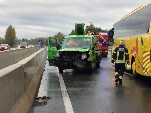 Bus, Kleintransporter und zwei Pkw wurden erheblich beschädigt, Verletzte waren glücklicherweise nicht zu beklagen. Asfinag/Wackerle