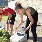 Schüler pflegen Soldatengräber