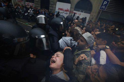 Die von Madrid entsandten Einheiten gingen mit brutaler Härte gegen die Abstimmungswilligen vor. AP