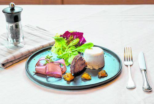 Eine köstliche Vorspeise vom Profi: Bergkäsemousse mit selbstgemachtem Marillen-Chutney.dietmar stiplovsek
