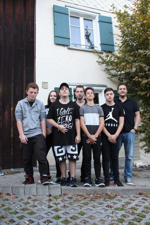 Elias, Nadja, Mase, Ugur, Alexander und Metin mit K9-Leiter Fatih Kati.