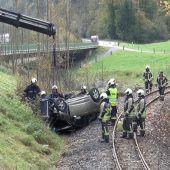 Pkw stürzt aufs Gleis