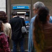 Protest am Bankomat: Zahlreiche Katalanen heben Geld von ihren Konten ab A4