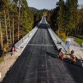 Frischer Asphalt für Lingenauer Brücke