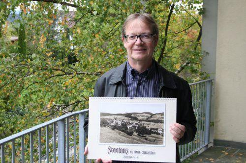 Gemeindearchivar Thomas Welte präsentiert den neuen Kalender. Gemeinde