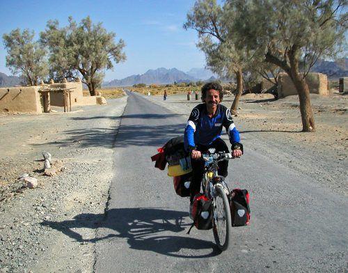 Geri Winkler beim Radtrekking in der Wüste von Belitschistan. APA/Winkler