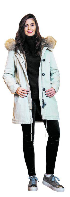 """Herbstlook              Nicole (18) in einem lässigen Outfit von Mode Luger in Hard. Parka von """"Blonde"""", 499,99 €, Hose von Adriana Goldschmied, 269 €, Pulli von Drykorn, 150 € und Schuhe von AGL, 225 €."""