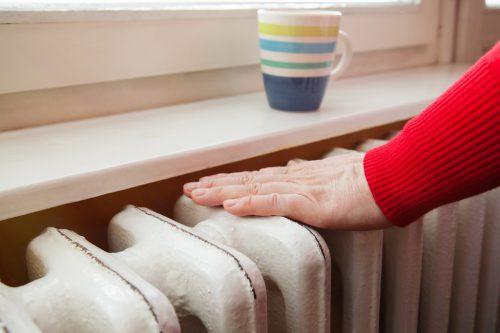 Herkömmliche Heizkörper unter dem Fenster sind nicht mehr zeitgemäß. Sie haben hohe Vorlauftemperaturen und brauchen damit mehr Energie. shutterstock