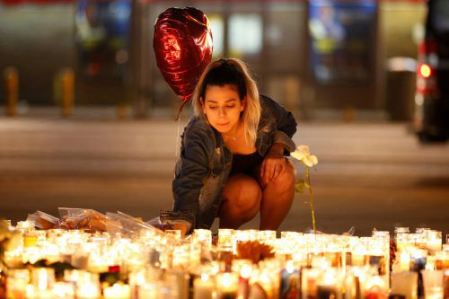 Nach der Tat war die Solidarität mit den Opfern groß. Tausende Menschen entzündeten Kerzen auf dem Las Vegas-Strip. Reuters