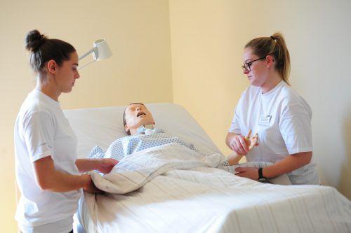 Der Pflegebedarf steigt auch in Vorarlberg stetig. Daher soll es in der Ausbildung von Personal nun auch vermehrt akademische Zugänge zu einem Pflegeberuf geben.