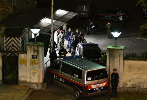 Polizei und Rettung waren in Wien im Einsatz. Die Hilfe kam zu spät. apA