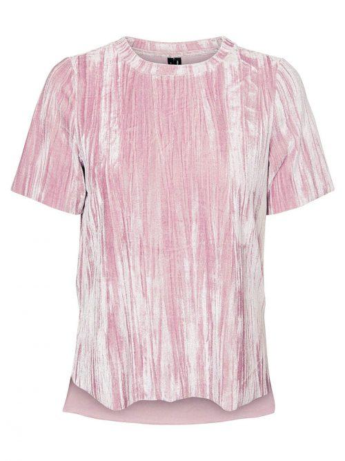 Zart             Samtbluse in zartem Rosé mit kurzen Ärmeln. Erhältlich bei Vero Moda um 21,99 Euro.