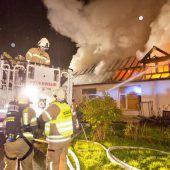 Flammen vernichten Lagerhalle