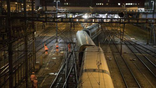 Bei der Einfahrt des ICE 75 in den Bahnhof sprangen drei Waggons aus den Schienen.