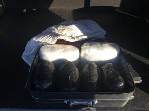 Bei einer Fernbus-Kontrolle entdeckten Polizisten sechs Päckchen Marihuana. polizei