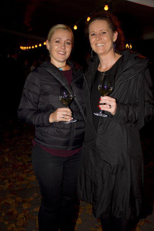 Claudia Sotelschek (l.) und Caroline Giesinger (Form 4) amüsierten sich.