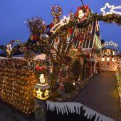 Paar schmückt Haus mit 55.000 Lichtern