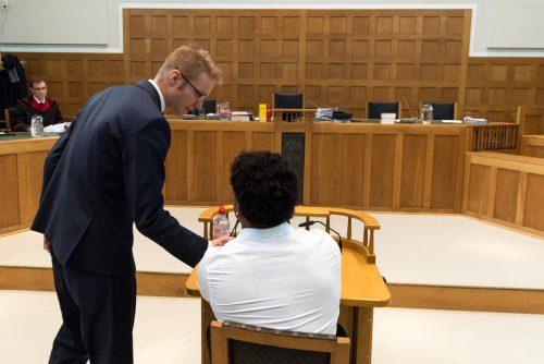 Der Angeklagte bei Prozessbeginn im Gespräch mit einem seiner Verteidiger, Thomas Raneburger, im Feldkircher Schwurgerichtssaal. siplovsek