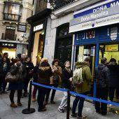 Lottoverrückte Spanier stehen Schlange für El Gordo