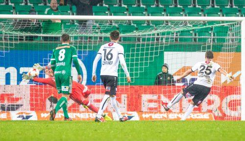 Die Entscheidung im Allianz Stadion. Hannes Aigner (Nummer 25) verwertet auch den zweiten Elfmeter gegen Rapid. Emanuel Schreiner (16) blickt gebannt in Richtung Tor.gepa
