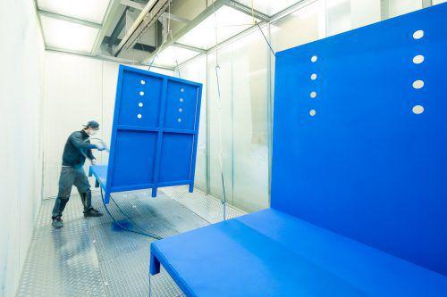 Im Zweischichtbetrieb beschichten die Mitarbeiter von Alcolor Metallteile bzw. bereiten die Bleche für die Kunden vor.ACN