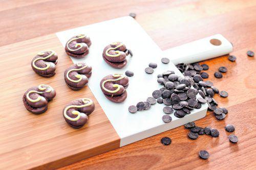 Die Kekse werden auf ein Blech aufgespritzt und anschließend mit Schokocreme gefüllt und verziert. oliver Lerch