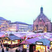 Ein Markt aus Holz und Tuch