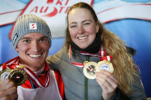 Die neuen SBX-Meister Christine Holzer und Julian Lüftner zeigen stolz ihre Medaillen.gepa