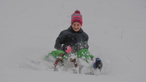 Die zehnjährige Emma aus Nüziders genießt den frischen Schnee aus vollen Zügen. Lerch