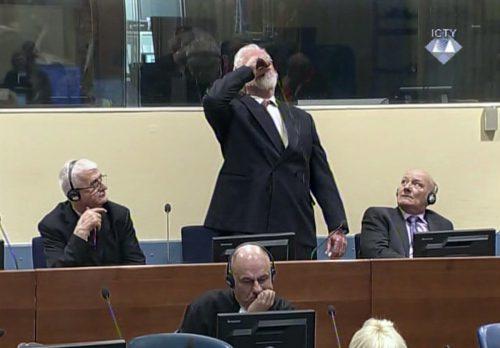 Dramatische Bilder in Den Haag: Praljak trank im Gerichtssaal eine giftige Substanz, später verstarb er im Spital. AP