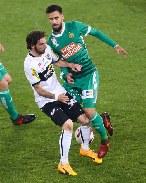 Ehemals in einem Team, doch in Wien waren Altachs Patrick Salomon (l.) und Rapids Lucas Galvão erbitterte Gegner.gepa