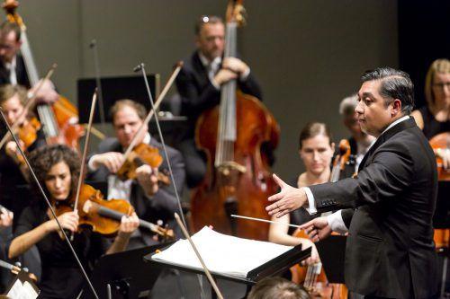 Eine Premiere, die begeisterte: Symphonieorchester und Jazzorchester Vorarlberg unter der Leitung von Adrian Prabava. SOV/Mathis