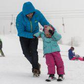 Schnee auf den Bergen, Schnee im Tal, der Winter gab ein Gastspiel