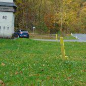 Gelbe Pfeile in Götzner Ortsgebiet zeigen Müllsünden auf