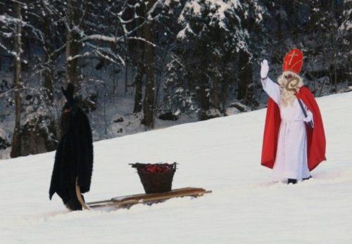Höhepunkt der Nikolausfahrten: Auf halber Strecke kommen Nikolaus und Knecht Ruprecht mit ihrem Schlitten aus dem Wald und steigen ins Bähnle ein.